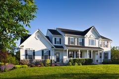 Het moderne Enige Huis In de voorsteden van de Familie Stock Afbeeldingen