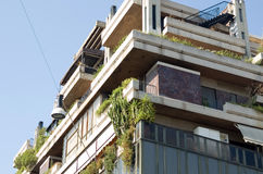 Het moderne gebouw met meerdere verdiepingen, installaties op balconi Royalty-vrije Stock Afbeelding