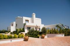 Het moderne huis van de luxe in witte kleur Royalty-vrije Stock Afbeeldingen