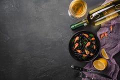 Het moderne Italiaanse diner, Mediterraan voedsel, zwarte inktvissen inkt spaghettideegwaren met zeevruchten, olijfolie en basili royalty-vrije stock fotografie