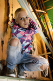 Het moderne jonge haar die van het meisjes korte blonde zich op richel bevinden Royalty-vrije Stock Foto's