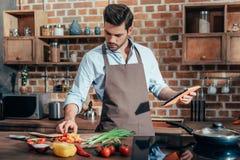 het moderne jonge mens koken stock fotografie