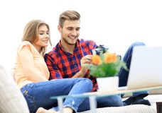 Het moderne jonge paar controleert de foto's op de camera stock foto's