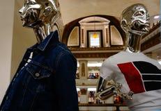 Het moderne kijken twee platina-kleur ledenpoppen die vrijetijdskleding voor vrouwen, met het verbazende decor en de architectuur royalty-vrije stock fotografie