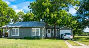 Het moderne landelijke leven in Texas Oud blokhuis en gazon royalty-vrije stock afbeelding