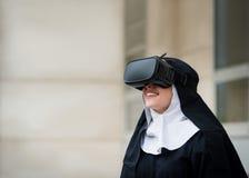 Het moderne leven - non en virtuele werkelijkheid Stock Foto's