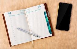 Het moderne mobiele telefoon en Jaarboek van de bedrijfsprojectontwerper met stock afbeelding