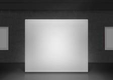Het moderne model van de galerijmuur in duisternis Donkere museumzaal Stock Afbeeldingen