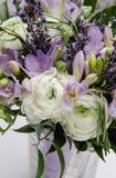 Het moderne mooie boeket van boterbloemenranunculus, fresia, lavendel bloeit op witte achtergrond Het concept van de huwelijkssti Stock Fotografie