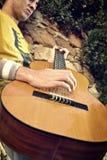 Het moderne musicus stellen met zijn gitaar Royalty-vrije Stock Fotografie