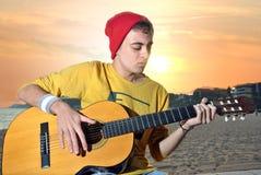 Het moderne musicus stellen met zijn gitaar Royalty-vrije Stock Afbeelding