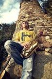 Het moderne musicus stellen met zijn saxofoon Royalty-vrije Stock Fotografie