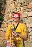 Het moderne musicus stellen met zijn saxofoon Royalty-vrije Stock Foto's