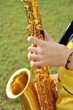 Het moderne musicus stellen met zijn saxofoon Royalty-vrije Stock Foto