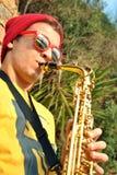 Het moderne musicus stellen met zijn saxofoon Stock Foto's
