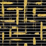 Het moderne naadloze patroon met schittert van borstelstrepen en slagen plaid Gouden kleur op zwarte achtergrond Geschilderde han royalty-vrije illustratie