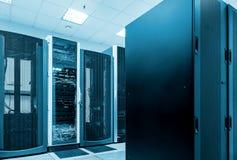 Het moderne netwerk en telecommunicatieconcept van de technologiecomputer: serverruimte in datacenter royalty-vrije stock afbeelding
