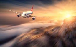 Het moderne het onduidelijke beeldeffect van de vliegtuig mith motie vliegt over lage wolk stock afbeelding