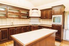Het moderne ontwerp van de keukenlay-out stock fotografie