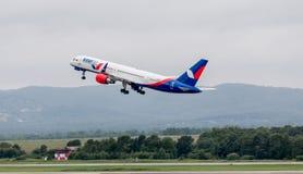 Het moderne passagiersvliegtuig Boeing 757 van Azura Air stijgt in bewolkte dag op Luchtvaart en vervoer royalty-vrije stock afbeeldingen