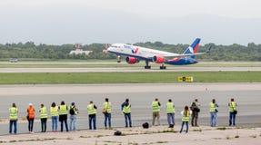 Het moderne passagiersvliegtuig Boeing 757 van Azura Air stijgt in bewolkte dag op Weinig fotografen letten en maken op foto van  royalty-vrije stock afbeelding