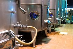 het moderne systeem van de wijnproductie royalty-vrije stock afbeelding