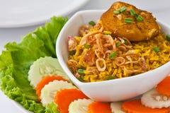Het moderne Thaise voedsel, de rijst van de Saffraan met chiken Royalty-vrije Stock Foto