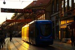 Tram in het Drijven van de Straat Ilica in Zonsondergang Royalty-vrije Stock Afbeelding