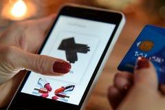 Het moderne winkelen in de e-opslag stock afbeeldingen
