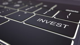 Het moderne zwarte computertoetsenbord en lichtgevend investeert sleutel het 3d teruggeven Royalty-vrije Stock Foto's