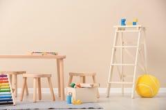 Het modieuze binnenland van de kind` s ruimte met speelgoed royalty-vrije stock foto's