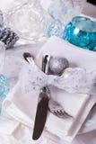 Het modieuze blauwe en zilveren Kerstmislijst plaatsen Stock Fotografie