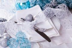 Het modieuze blauwe en zilveren Kerstmislijst plaatsen Stock Foto's