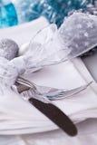 Het modieuze blauwe en zilveren Kerstmislijst plaatsen Royalty-vrije Stock Foto