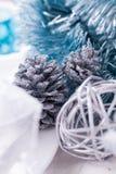 Het modieuze blauwe en zilveren Kerstmislijst plaatsen Royalty-vrije Stock Foto's