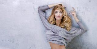 Het modieuze blonde mooie vrouw stellen Stock Foto's