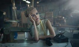 Het modieuze blonde stellen Royalty-vrije Stock Afbeeldingen