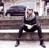 Het modieuze blondemeisje stellen. Stock Afbeeldingen