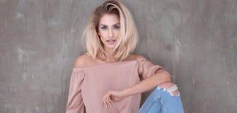 Het modieuze blondemeisje stellen Royalty-vrije Stock Foto's