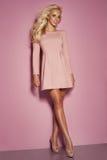 Het modieuze blondevrouw stellen Royalty-vrije Stock Afbeelding
