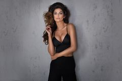 Het modieuze donkerbruine mooie vrouw stellen stock afbeelding