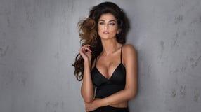 Het modieuze donkerbruine mooie vrouw stellen Stock Foto's