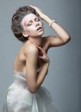 Het modieuze emotionele artistieke vrouwelijke stellen Royalty-vrije Stock Fotografie