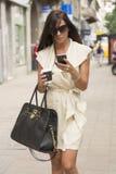 Het modieuze jonge bedrijfsvrouw texting Stock Foto's