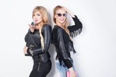 Het modieuze jonge meisjes stellen royalty-vrije stock afbeeldingen