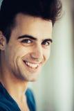 Het modieuze jonge mens glimlachen Stock Fotografie