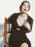 Het modieuze jonge model stellen met in kleren Royalty-vrije Stock Afbeelding