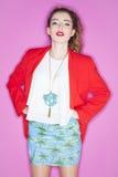 Het modieuze jonge model stellen met in kleren Royalty-vrije Stock Afbeeldingen