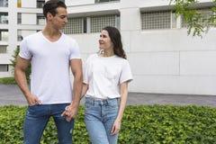 Het modieuze jonge paar brengt samen in openlucht tijd door attract royalty-vrije stock foto