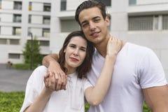Het modieuze jonge paar brengt samen in openlucht tijd door attract royalty-vrije stock afbeeldingen